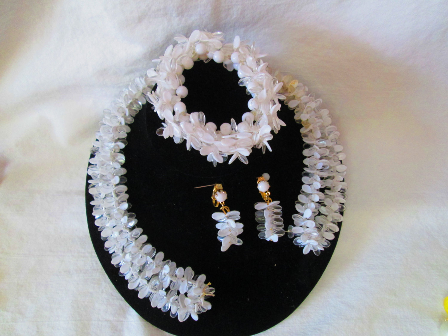 Fantastic 1950 S White And Clear Jewelry Set Bracelet Necklace Clip Earrings Wow Vintage Costume