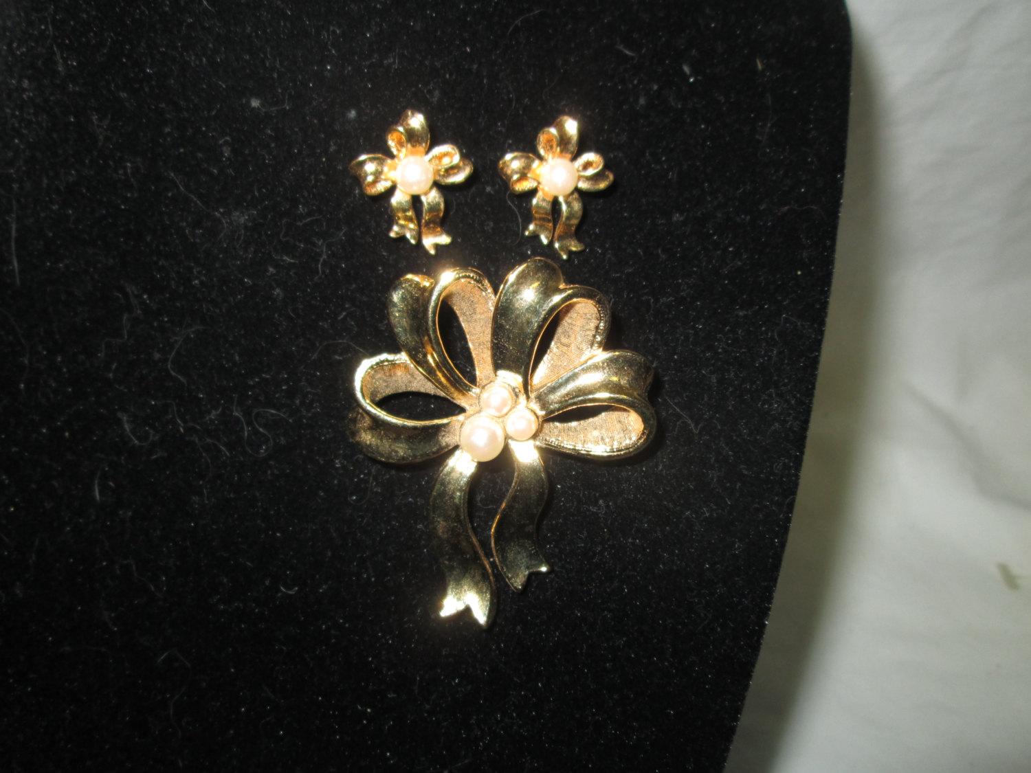 d6b77315f2d Vintage Beautiful Avon Bow Brooch Pin with Matching Earrings Pearl Centers