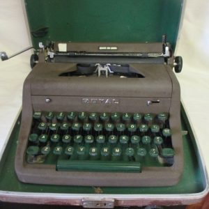 Vintage Manual Metal Typewriter ROYAL Quite De Lux Working Good Condition in hard case with green keys