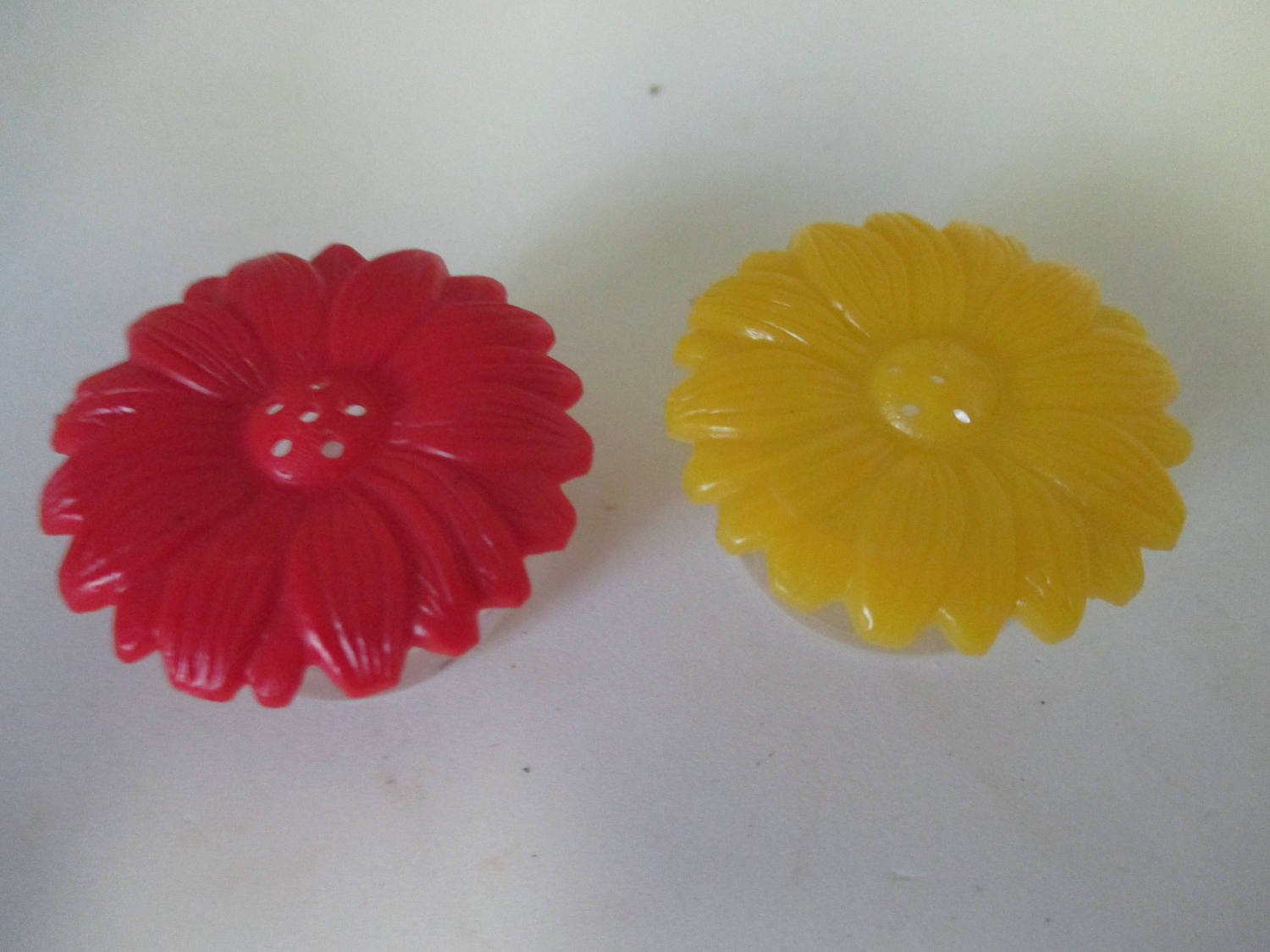 Mid Century Clear Hard Plastic Flowers Salt and Pepper shakers cottage collectible display farmhouse country Yellow and red  Dinning Kitchen